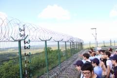 José Golitin montrant aux étudiants les différentes installations du CNES, du haut de la montagne des Pères